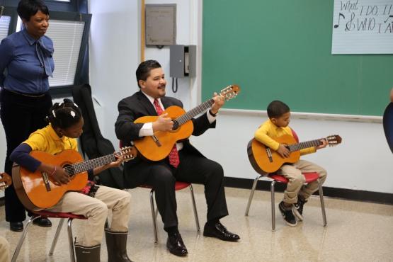 Canciller Carranza toco la guitarra junto a estudiantes