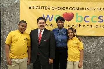 Canciller Carranza con alumnos y la directora de Brighter Choice Community School