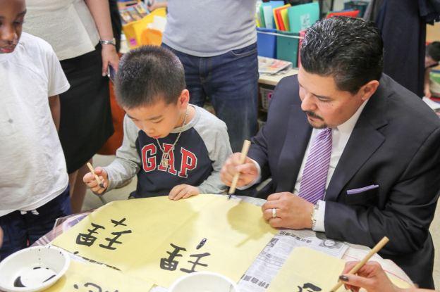 Chancellor Carranza Learns a Bit of Mandarin While Visiting P.S. 1 in Manhattan